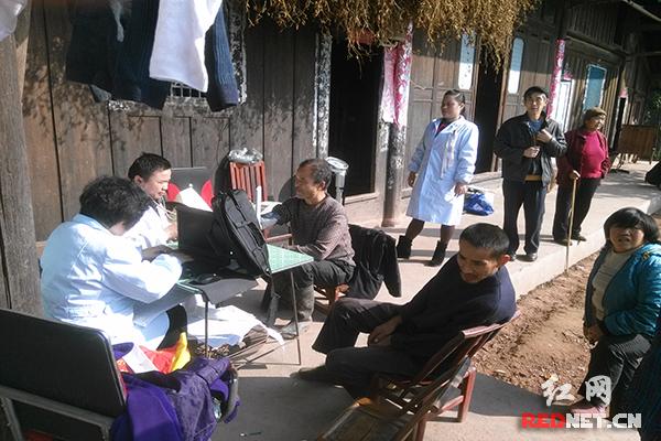 怀化:沅陵县深溪口开展健康扶贫冬季暖心服务活动