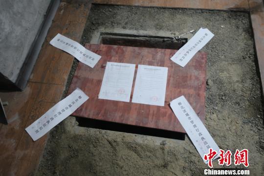 广西居民拍视频举报业主在小区车库挖1.5米深地窖