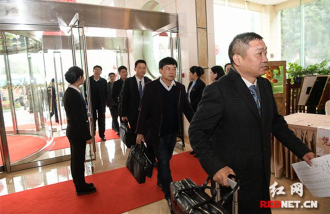 组图丨省十三届人大一次会议代表陆续报到