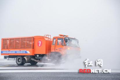 机场已恢复单跑道运行,第一架飞机mu271t从长沙飞往南京的航班已经
