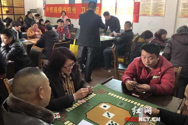 长沙市雨花区边山社区借扑克对弈活动开展卫计服务