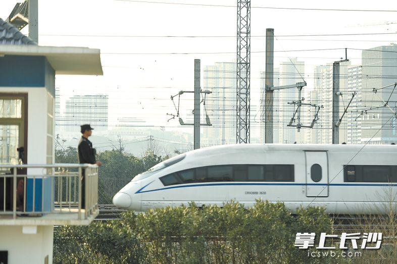 下午,一辆出站的高铁列车从岗亭经过,黄健雄警惕地盯着行车线路。