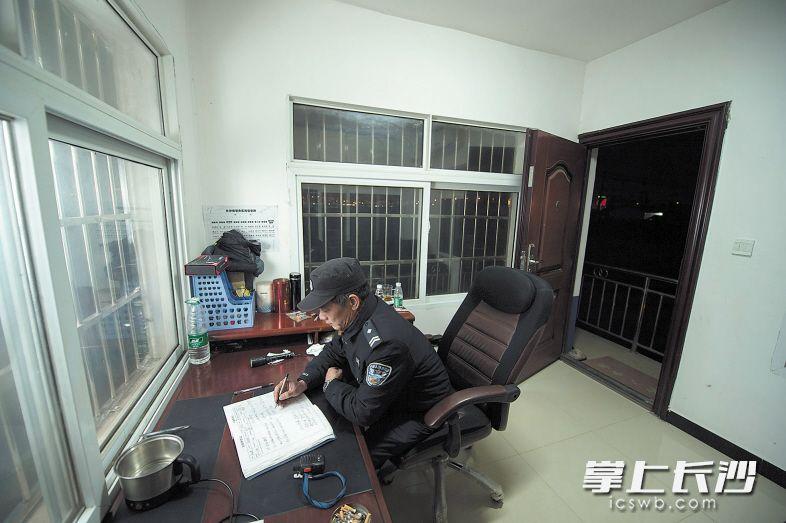 黄健雄在登记值班的情况,这个本子上记录着他一整天的工作。