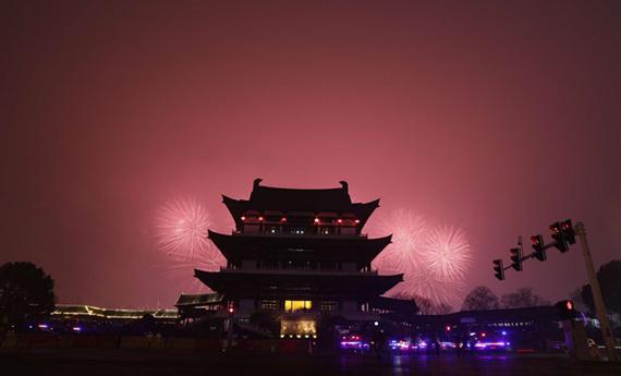 除夕夜 数万居民在杜甫江阁观看橘子洲头新年焰火