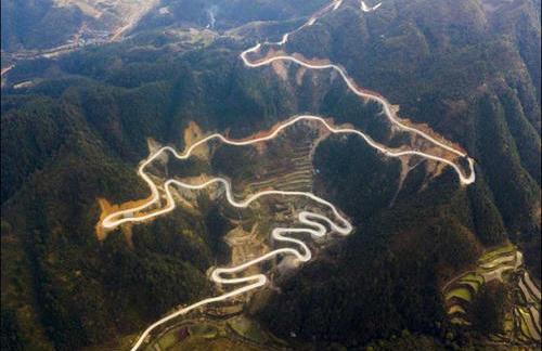 """""""飞阅""""贵州农村公路 犹如""""山舞银蛇"""""""