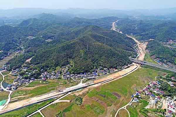 """建设中的岳宁大道岳麓区段犹如""""长龙""""卧大地"""