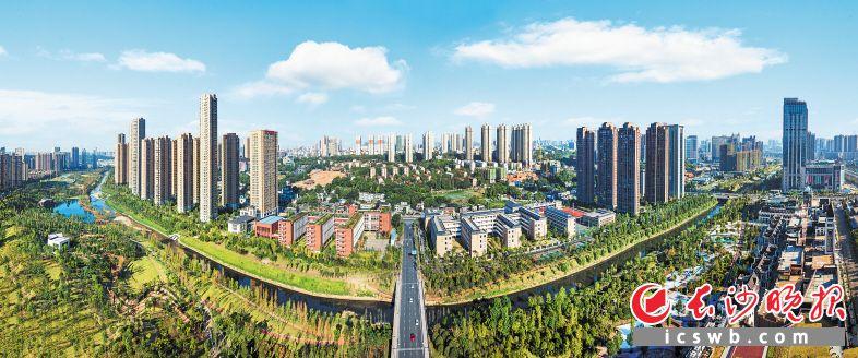 雨花区积极推动环境大治理,通过打响蓝天保卫战,营造蓝天碧水青城的城市美景,让绿色发展方式在雨花蔚然成风。彭可佳 摄