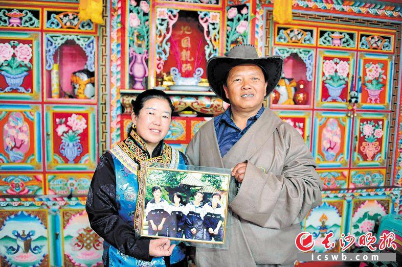 2018年5月12日,彭树安和妻子孙桂兰,见到本报记者后把2009年记者为其女儿在长沙拍的照片拿出来合影。