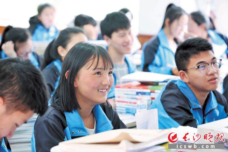 近日,在湖南援建的理县中学高一(3)班,学生们正在认真上语文课。