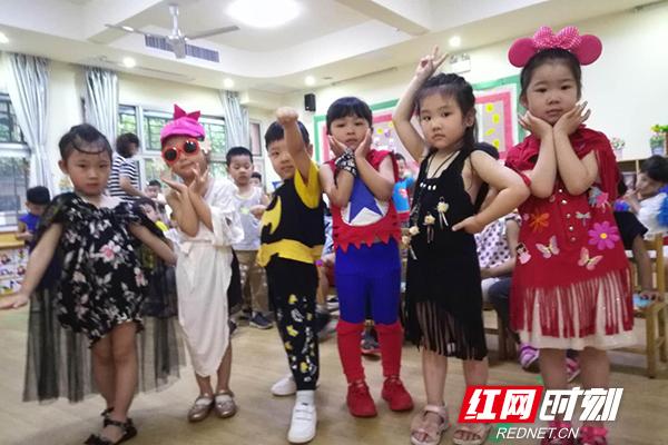 """长沙市教育局幼儿园""""六一欢乐周环保服装t台秀""""活动深受幼儿"""