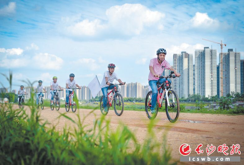 ←浏阳河畔,几名骑行爱好者正在快乐骑行,享受美好的时光。长沙晚报记者 邹麟 摄
