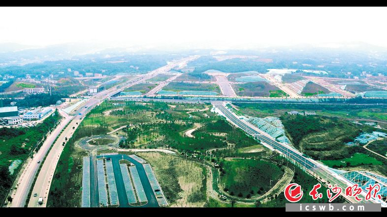 湖南湘江新区智能系统测试区内测试道路纵横交错。