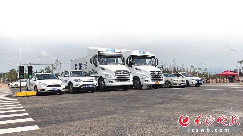 一排智能网联汽车在测试区整装待发。本版图片均为湖南湘江新区管委会提供