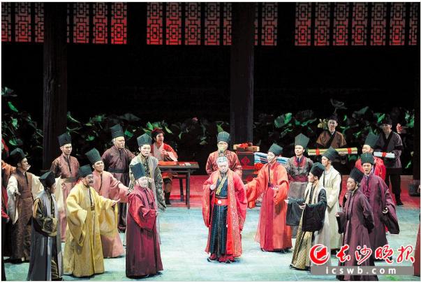 昨晚,国家艺术基金资助项目歌剧《爱莲说》在梅溪湖国际文化艺术中心首演。长沙晚报记者 余劭�� 摄