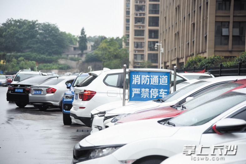 长沙一小区车位只售不租业主停车难 马路成了停车场