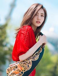 刘惜君漫游土耳其 红色镂空连衣裙气质迷人