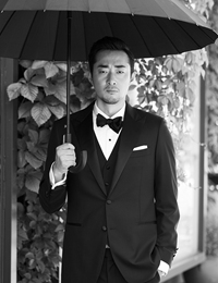 胡译仁演绎雅痞绅士 西装革履尽展熟男魅力