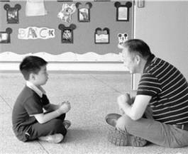 一大一小席地而坐唠着嗑杭州暖心校长刷屏朋友圈