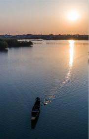 秋日水乡展现美丽丰收图景
