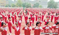岳麓区第一小学竹笛特色课程展演 两千小学生齐奏竹笛