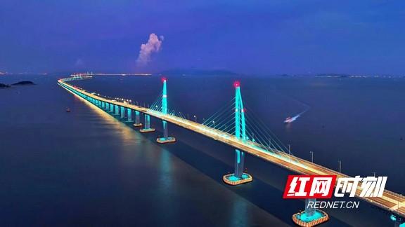 港珠澳大桥正式开通 领略超级工程的湖南力量