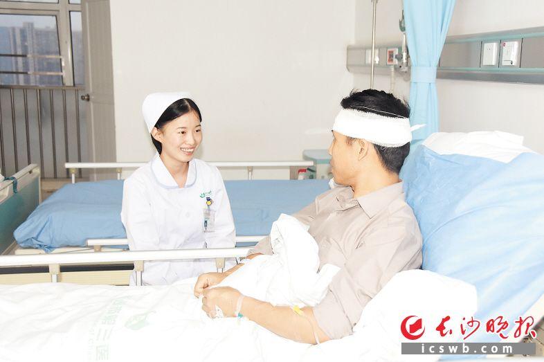 刘先生入院后,徐财茗不顾实习工作繁忙,下夜班后再次赶往病房探望刘先生。 易文彬 摄
