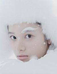 张婧仪最新时尚大片 妆容精致似冰雪精灵