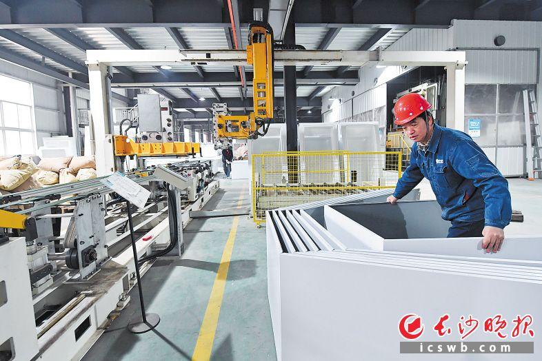 湖南中谷科技生产线智能化改造后 一个月能出厂无人售货机最多8000台