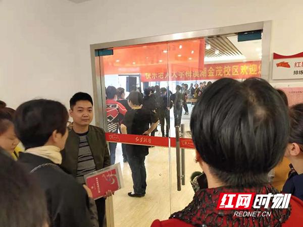 长沙市文明办副主任梁飞彩一行参观快乐老人大学