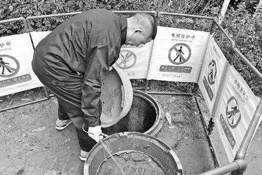 """孕妇掉入窨井不幸身亡 业内:小区偏爱""""塑料""""井盖"""