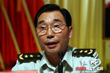 (中国人民解放军总政治部副主任刘永治中将发表讲话,缅怀谭政同志光辉的一生。)