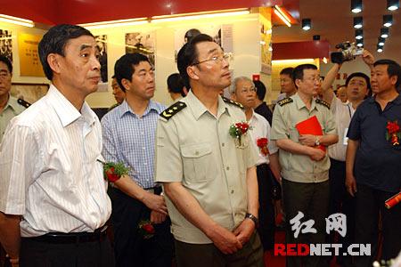 刘永治、谢康生等领导会后观看谭政同志生平事迹展