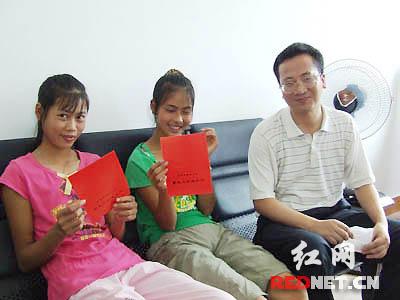"""城来到学校,等着她们的""""恩人""""黄叔叔来为她们办理入学手续"""