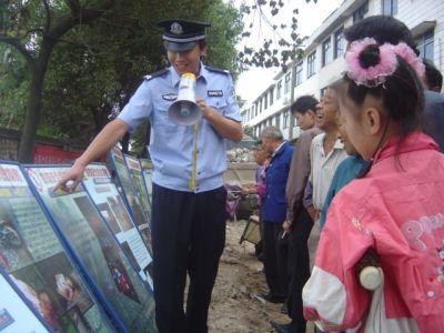 醴陵车站派出所民警利用展板宣讲安全法制常识