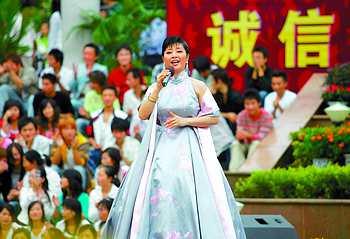 歌词:  歌曲名:我和我的祖国 歌手:殷秀梅 专辑:我爱你中国 我和我的