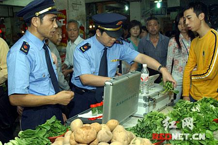 湖南 长沙市/(执法人员对小白菜进行农药残留检测)