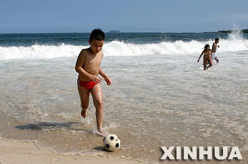 巴西正值夏季 人们尽情享受阳光海滩