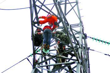 伏的高压线,下面高压输电铁塔每层中间有数根横铁杆