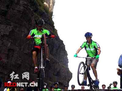 天门山上演自行车攀爬天门表演(组图)