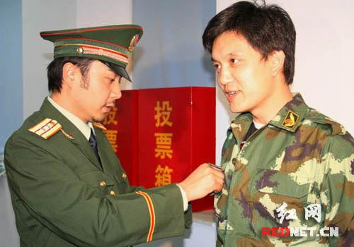 汪涵队长亲自为湖南晚间新闻节目主播李锐佩戴警