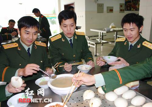 设计对白:汪涵说:搞训练我们比不过战友们,但是吃饭一定要超过他们