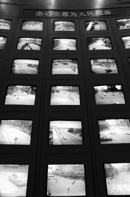 长沙交警指挥中心电子眼监控室。图/记者秦楼