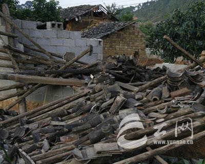 土木结构民房受损严重 扎西顿珠/摄影