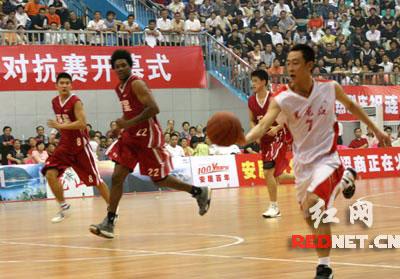 2007年6月16日晚上,青岛双星队和黑龙江队在涟源市体育馆进行篮球