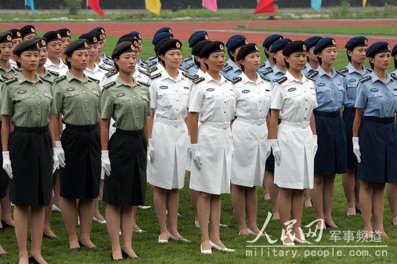 (这是女军官春秋常服.)-中国女兵新军装 威武之中有秀美图片