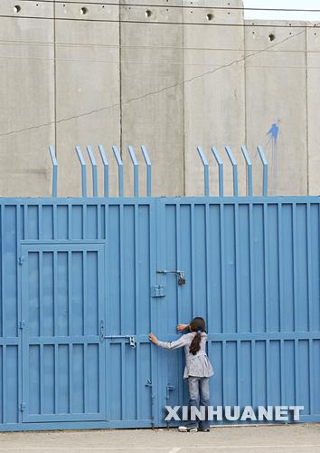 为了确保学生的安全,学校的大门永久性的关闭了;操场四周的围墙上架起