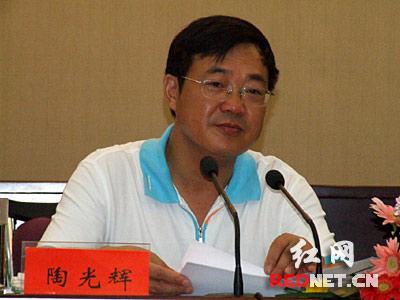 金湖县县委书记陶光辉在介绍该县推进新型工业化的经验和成果。