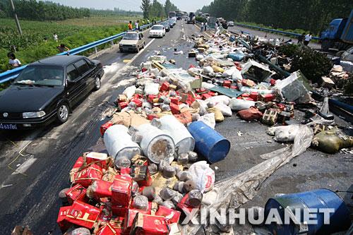 京珠高速大货翻车 村民哄抢货物