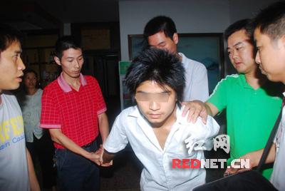 少年 高速/监控实拍:暴徒团伙持抢劫银行暴打职员