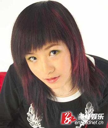 在首批的网络歌手中,香香是唯一的一位女生,外表的可爱和单